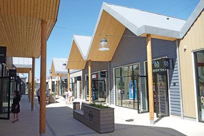 marques avenue a13 un centre commercial adopte le bois. Black Bedroom Furniture Sets. Home Design Ideas